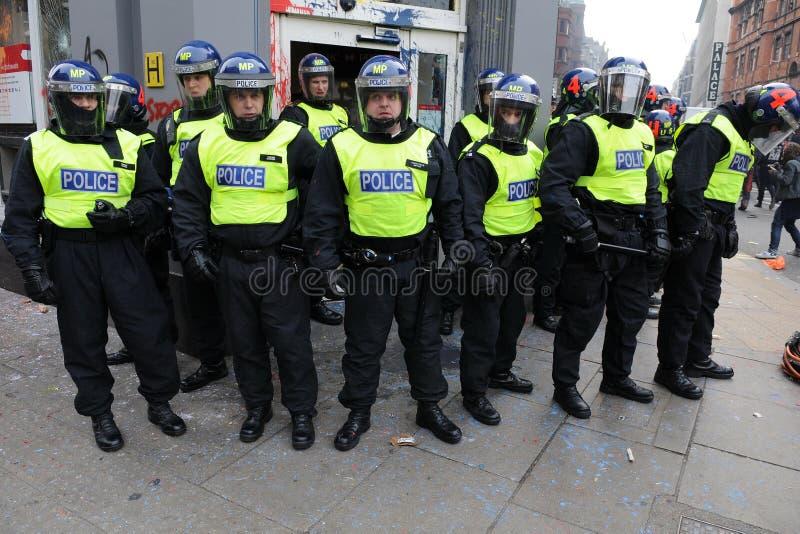 La police garde un côté à une émeute à Londres photographie stock libre de droits