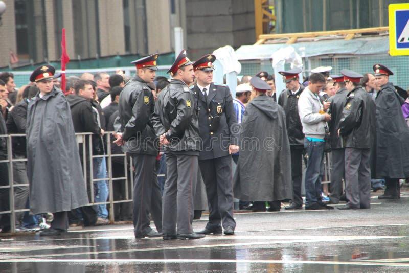 La police russe pendant une pluie, près du cortège des communistes photos libres de droits