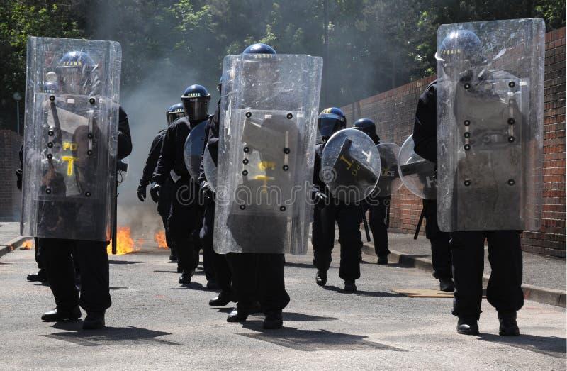 La police s'ameute l'avance photographie stock libre de droits