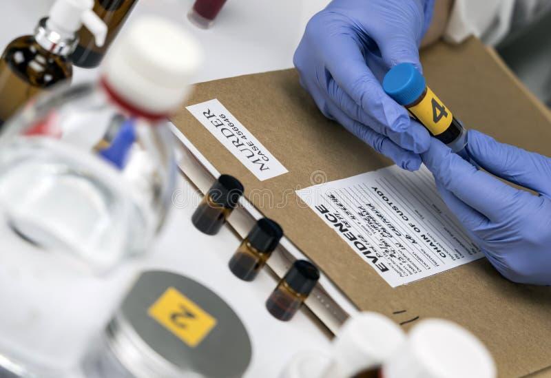La police scientifique prélève la prise de sang à l'équipement légal de laboratoire images libres de droits