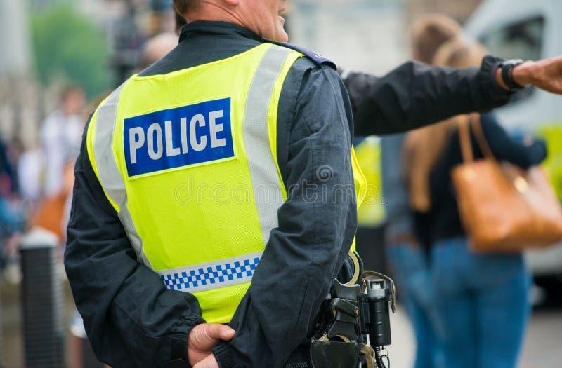 La police se tient prêt pour assurer la sécurité publique à un stand jusqu'à la démonstration de racisme image libre de droits
