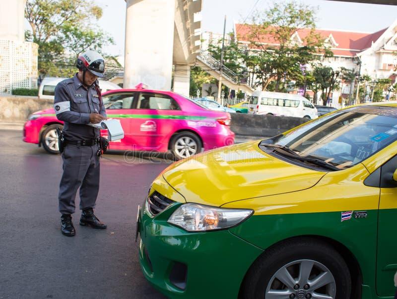 La police thaïlandaise écrit l'ordre photo stock