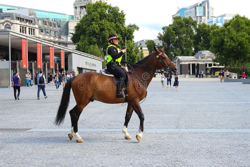 La policière sur des avances trafiquent de la tour de Londres à cheval proche Police à cheval au R-U pour la prévention de photos libres de droits