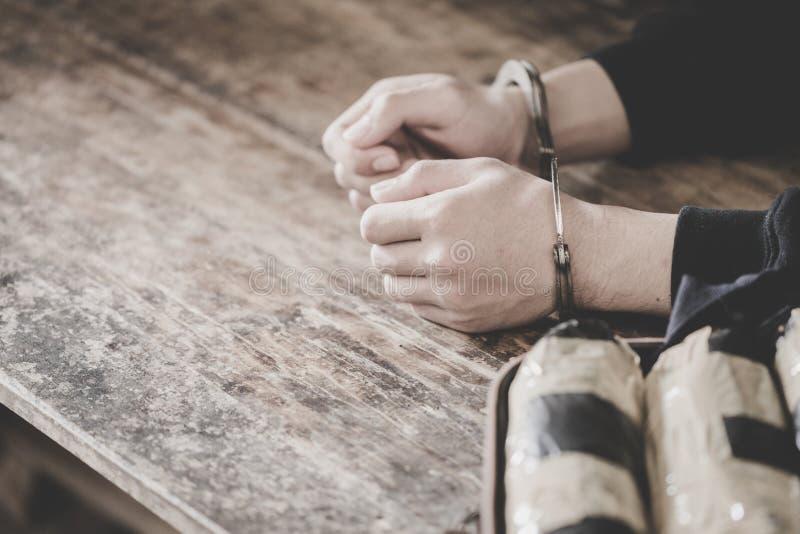 La polizia arresta il trafficante di droga con le manette Concetto della polizia e di legge - Immagine, giorno antidroga del mond immagine stock libera da diritti