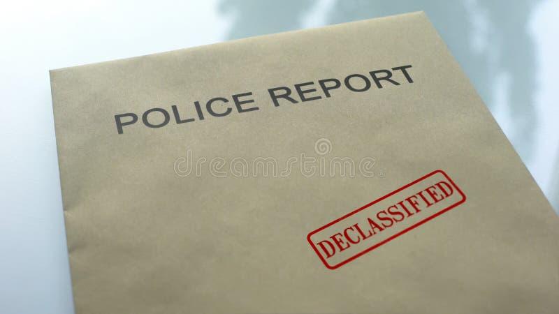 La polizia che il rapporto ha declassificato, guarnizione ha timbrato sulla cartella con i documenti importanti fotografia stock libera da diritti