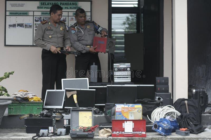 La polizia conduce le centinaia di preclusione di prova contro i risultati di crimine immagini stock