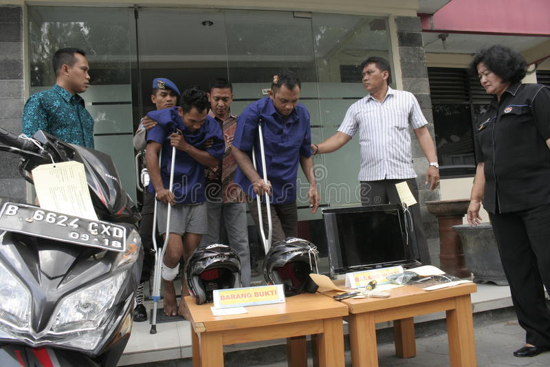 La polizia custodice lo scassinatore Shot immagine stock