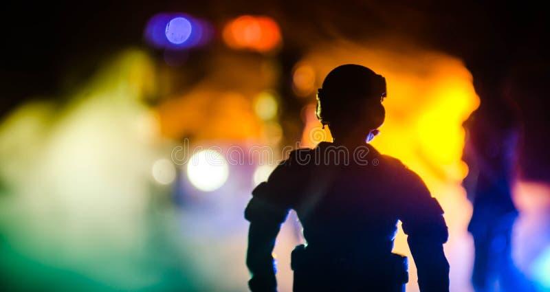 la polizia di Anti-tumulto dà il segnale essere pronta Concetto di potere di governo Polizia nell'azione Fumo su un fondo scuro c fotografie stock libere da diritti