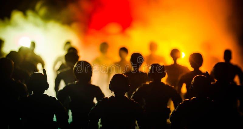la polizia di Anti-tumulto dà il segnale essere pronta Concetto di potere di governo Polizia nell'azione Fumo su un fondo scuro c immagine stock