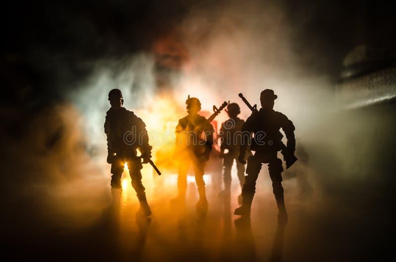 la polizia di Anti-tumulto dà il segnale essere pronta Concetto di potere di governo Polizia nell'azione Fumo su un fondo scuro c immagini stock libere da diritti