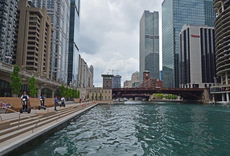 La polizia di Chicago guida su Segways su Riverwalk fotografia stock libera da diritti
