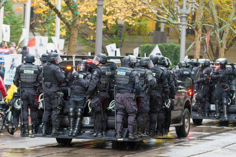 La polizia di tumulto sul veicolo da controllare occupa la folla di protesta di Portland fotografia stock