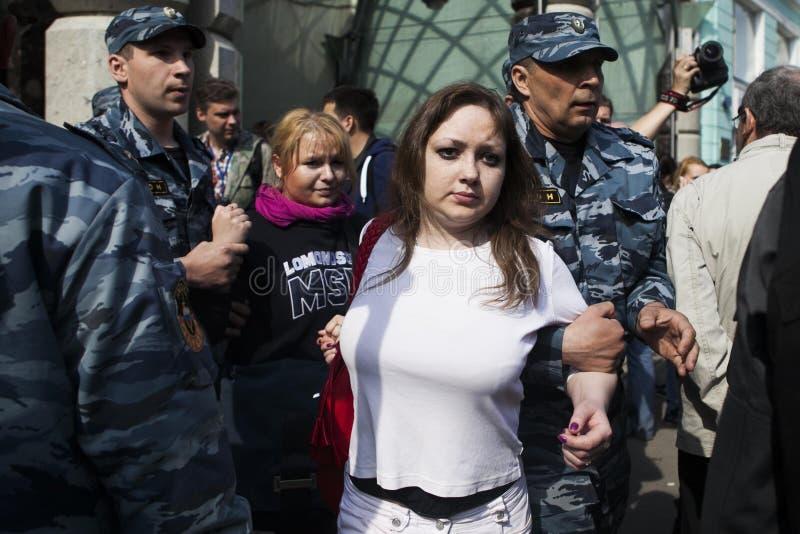 La polizia russa detiene un attivista che della ragazza la polizia ha arrestato la ragazza che ha protestato contro le elezioni p fotografie stock libere da diritti