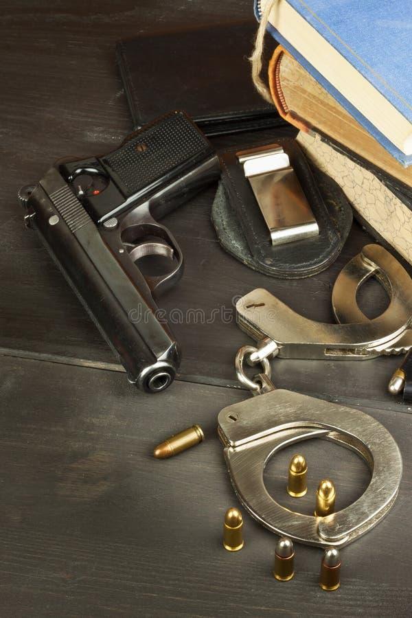 La polizia spara e badge Armi per difendere legge e ordine La destra al proprio una pistola Legge della difesa Mediatori Crimine  immagini stock libere da diritti