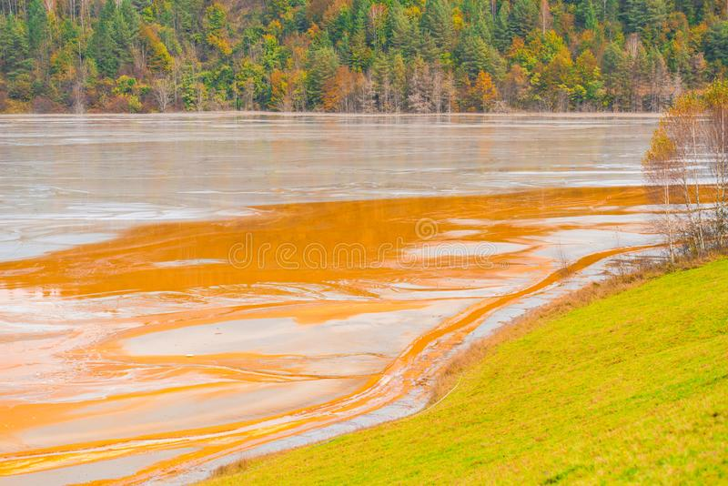 La pollution de l'eau avec du fer et la mine résiduelle du tonnelier extraient, la Roumanie images libres de droits