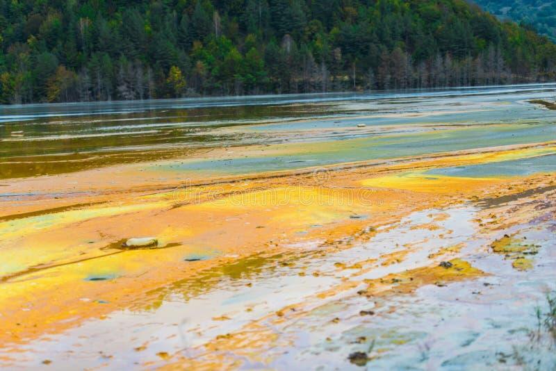 La pollution de l'eau avec du fer et la mine résiduelle du tonnelier extraient, la Roumanie image libre de droits