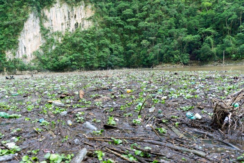 La pollution et les déchets de plastique souillent la rivière de Grijalva en canyon de Sumidero - Chiapas, Mexique photo stock
