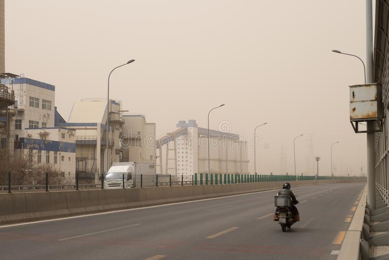 La pollution lourde de brouillard enfumé frappe Pékin, Chine image libre de droits