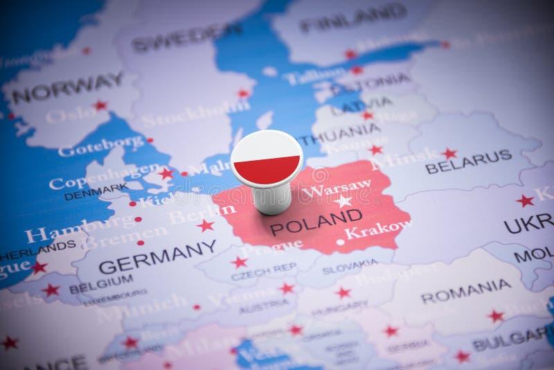 La Pologne a identifié par un drapeau sur la carte photographie stock libre de droits