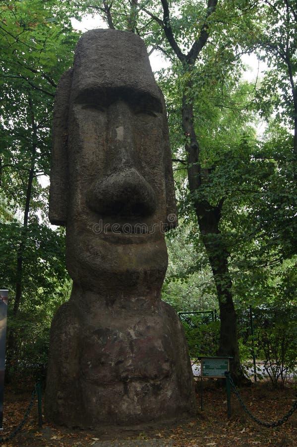 La Pologne Moai de l'île de Pâques, copie de statue en musée d'Arkady Fiedler de tolérance photographie stock