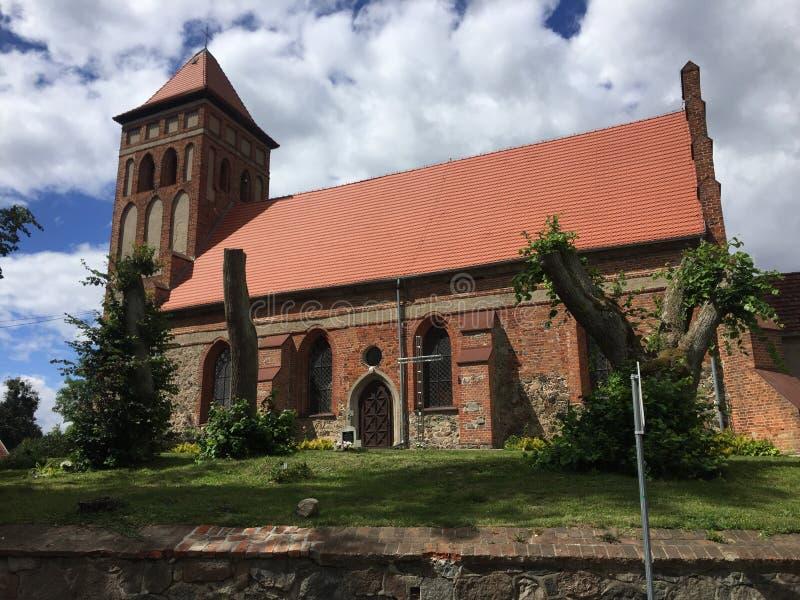 La Polonia, Boreczno vicino a Ilawa, chiesa locale su una collina fotografia stock