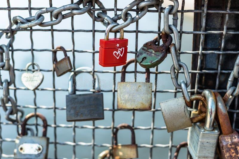 La Polonia, Bydgoszcz aprile 2018 Il lucchetto rosso con cuore bianco Di concetto di amore biglietto di S. Valentino per sempre - fotografia stock libera da diritti
