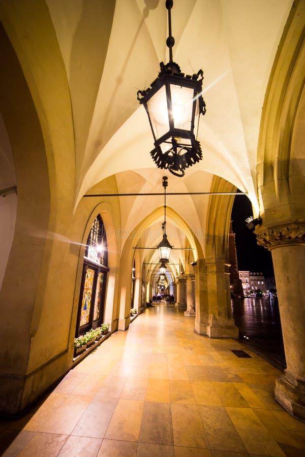 La Polonia, Cracovia Quadrato del mercato alla notte Il quadrato principale del mercato dentro immagini stock