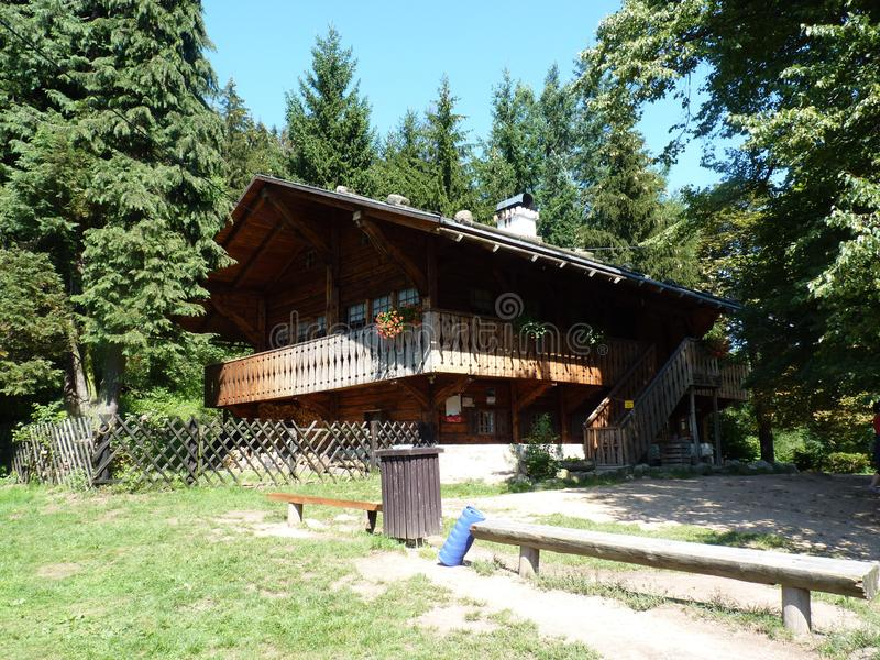 La Polonia, Rudawy Janowickie - la capanna della montagna sull'itinerario al picco di Sokolik fotografia stock
