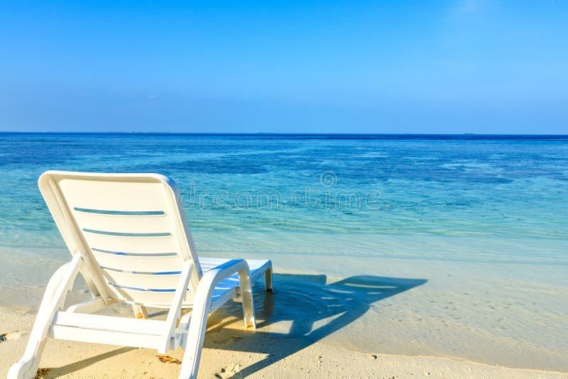 La poltrona è su una spiaggia immagini stock