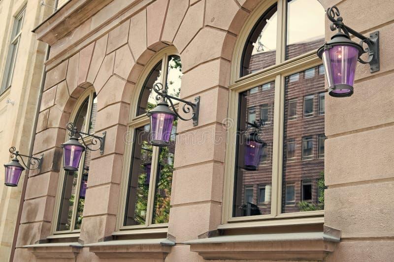 La polvere di Wanderlust e la polvere di città Vecchia architettura Facciata con finestre e lanterne Struttura architettonica fotografie stock