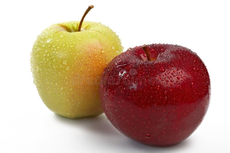 La pomme rouge et verte fraîche avec de l'eau relâche images libres de droits