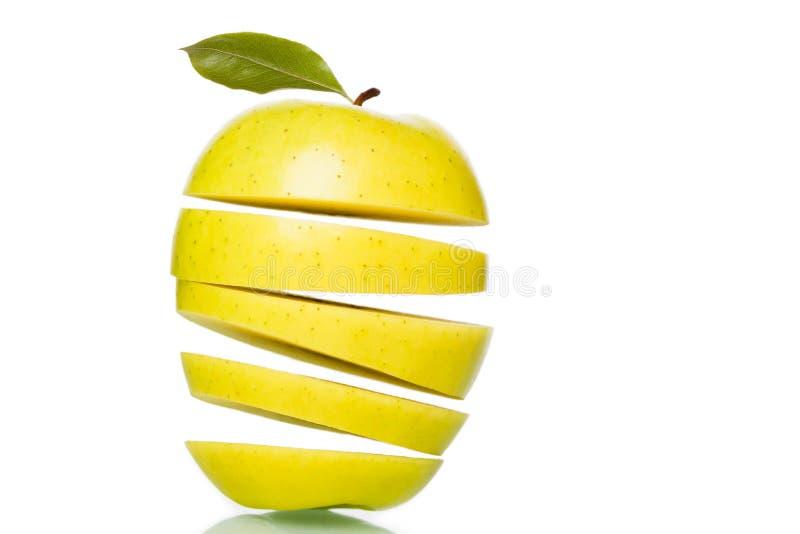 La pomme verte a coupé en parts. photo libre de droits