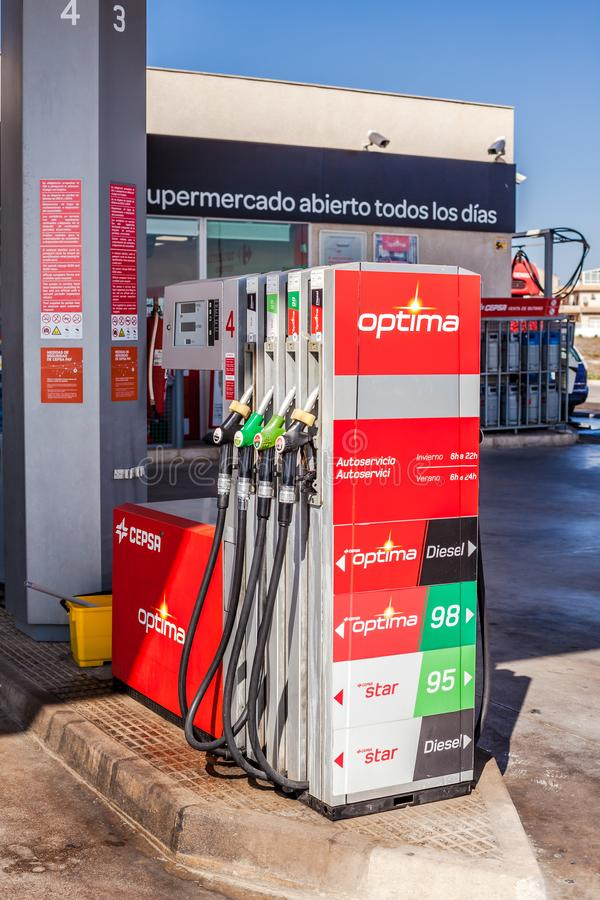 La pompa di benzina dota su un distributore di benzina del gas immagini stock