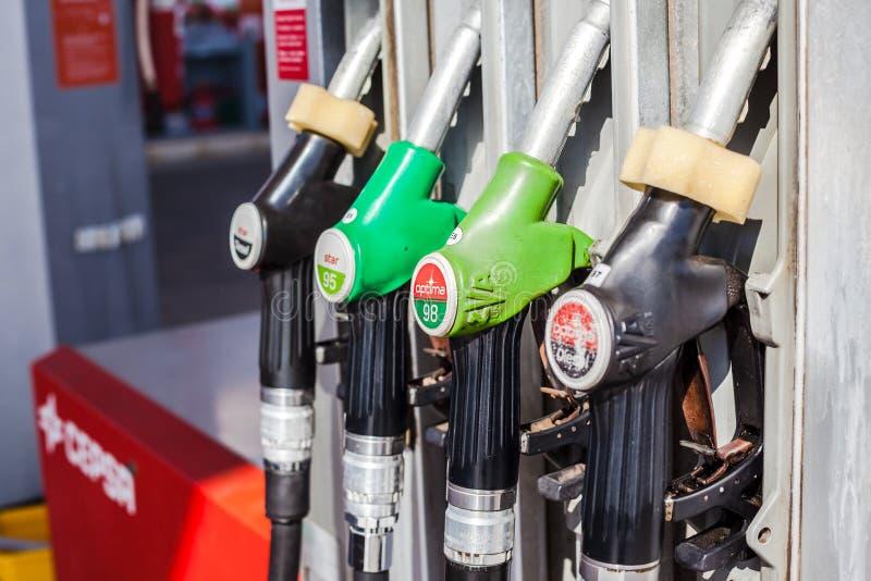 La pompe ? essence ?quipe d'un gicleur sur une station service de gaz images stock