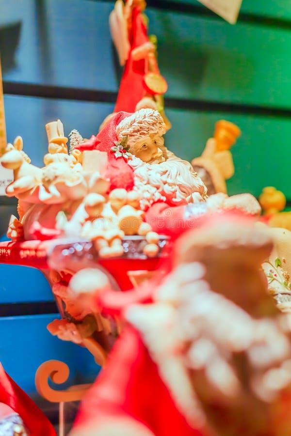 La porcelaine Santa Figurine dans son Sleigh a rempli de jouets image libre de droits