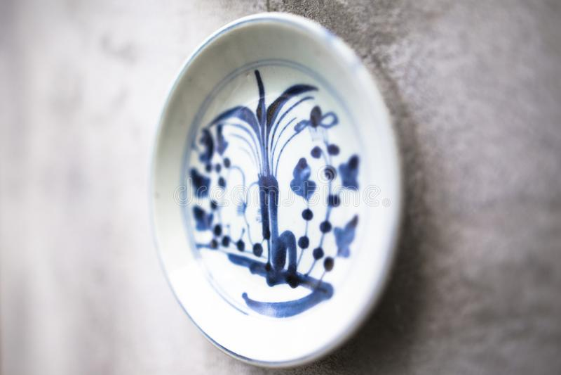 La porcelaine traditionnelle antique décorée sur le mur a normalement trouvé dans des murs asiatiques photo stock