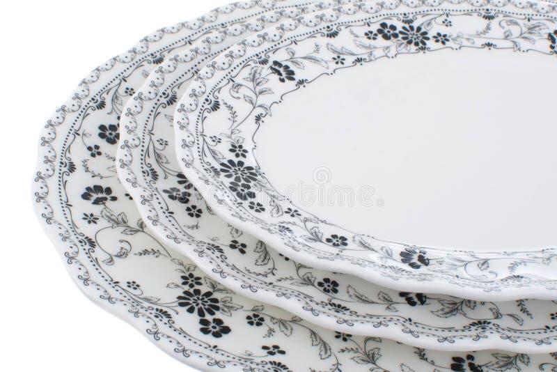 La porcelana fijó con un modelo monocromático de flores en un fondo blanco foto de archivo
