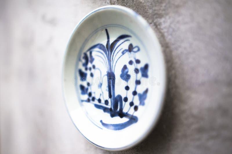 La porcelana tradicional antigua adornada en la pared encontró normalmente en paredes asiáticas foto de archivo