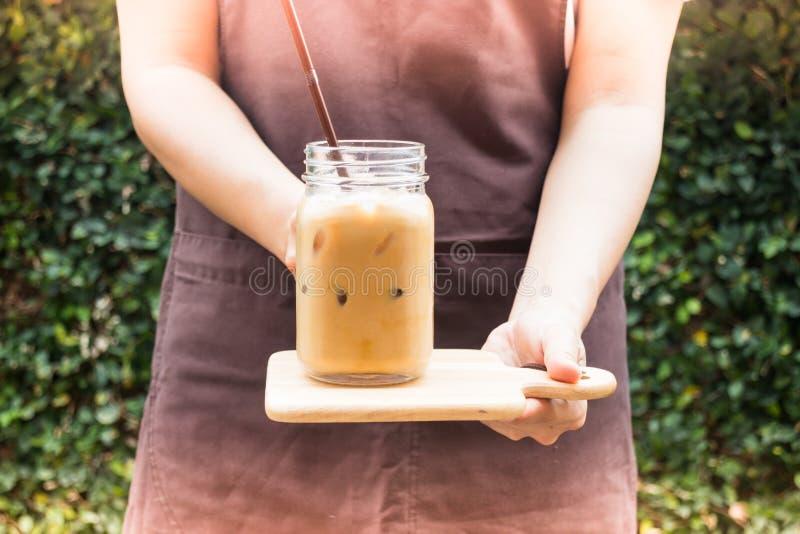 La porción de Barista heló el café en el jardín con el filtro del vintage ef fotografía de archivo