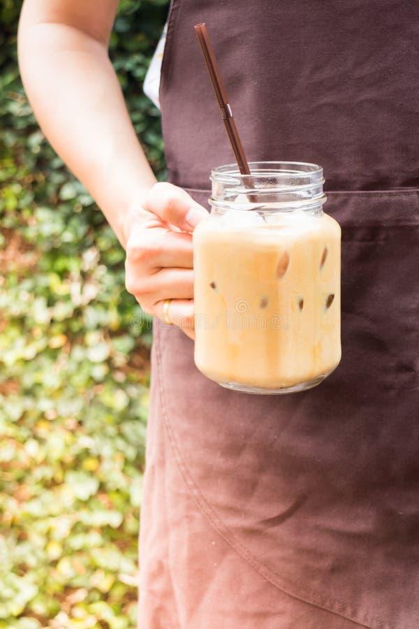 La porción de Barista heló el café en el jardín con el filtro del vintage ef imagenes de archivo