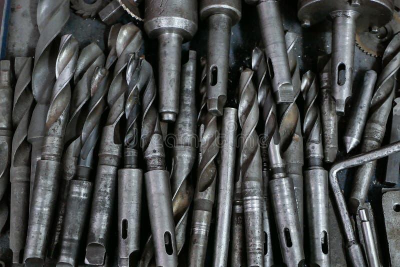 La porción de brocas para el metal pone en una pila fotografía de archivo libre de regalías