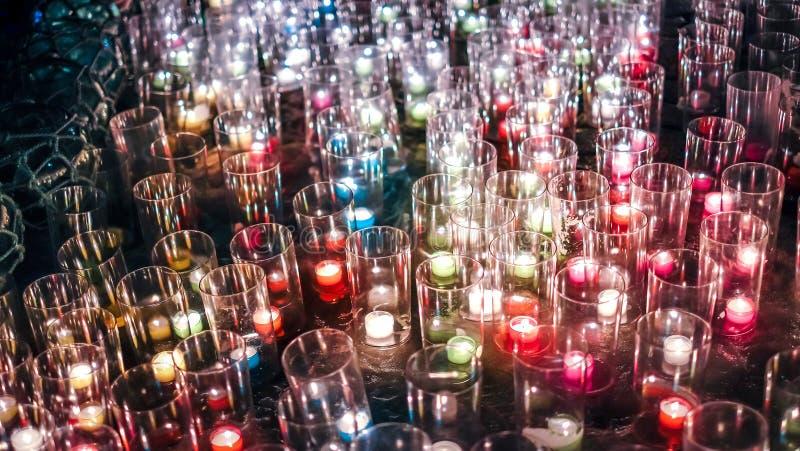 La porción de hierba y la luz del fuego de la vela flamean fotos de archivo