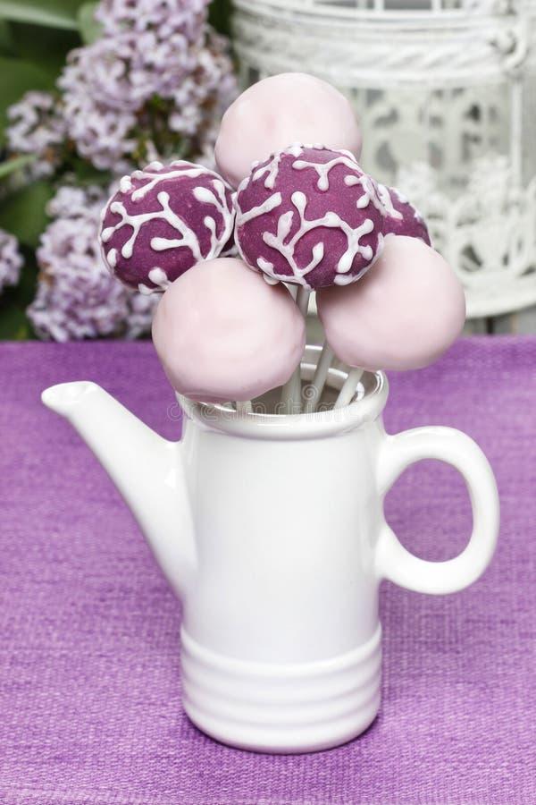 La porpora ed il dolce lilla schiocca in brocca ceramica bianca fotografia stock libera da diritti