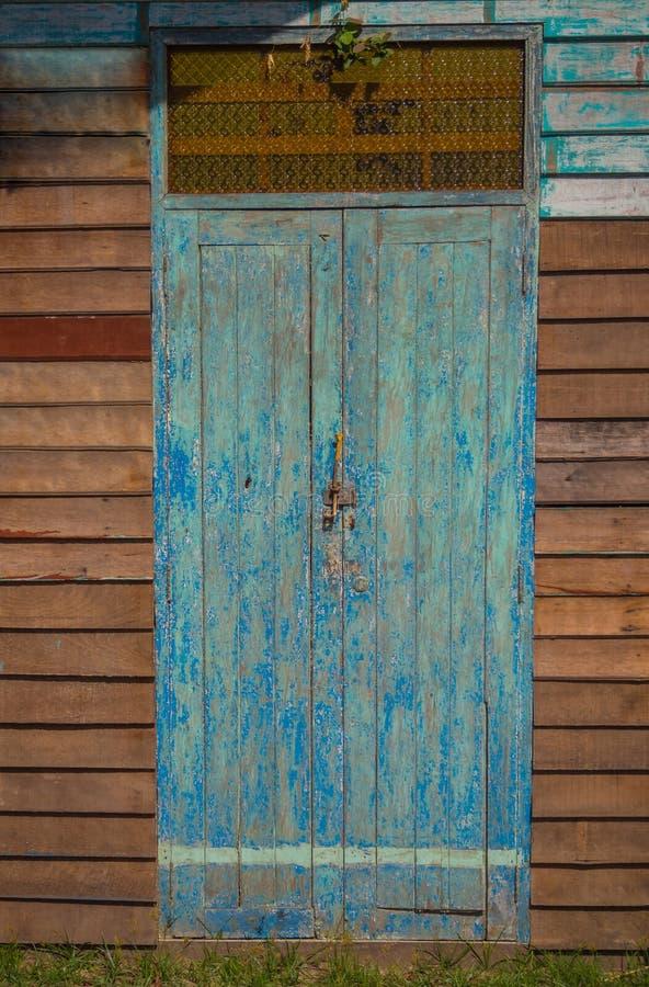 La porta è fatta di vecchio legno immagini stock libere da diritti
