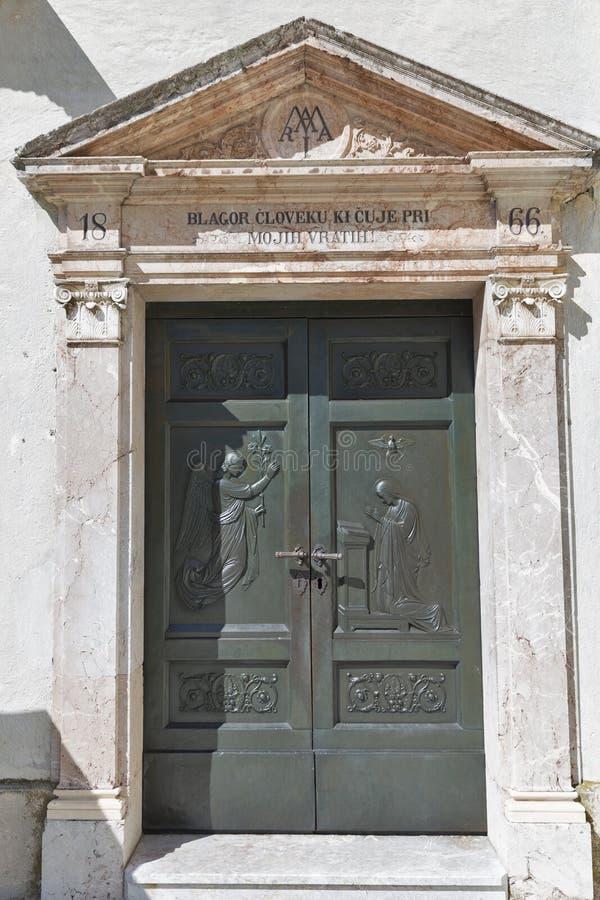 La porta antica di assunzione di Maria della chiesa sul lago ha sanguinato l'isola fotografia stock libera da diritti
