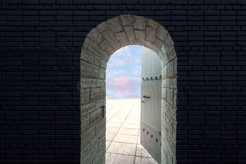 La porta aperta di vecchio castello attraverso cui potete vedere il cielo blu con le nuvole Arco ovale della porta fotografia stock libera da diritti