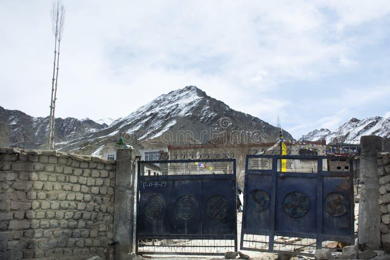 La porta d'acciaio della gente indiana e tibetana della casa disegna al villaggio di Leh Ladakh alla valle himalayana nel Jammu e immagine stock