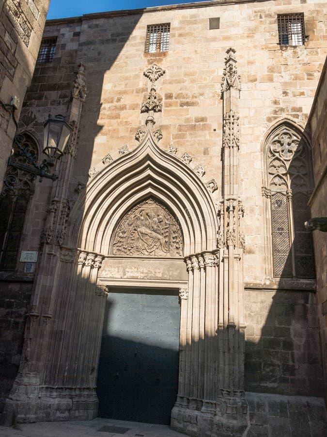 La porta del san Ivo Cattedrale dell'incrocio e del san santi Eulalia a Barcellona, Spagna fotografie stock