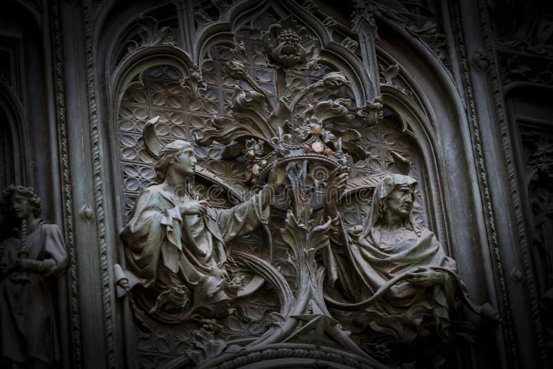 La porta dell'entrata centrale della cattedrale del duomo di Milano con gli elementi della vita di Gesù immagine stock libera da diritti