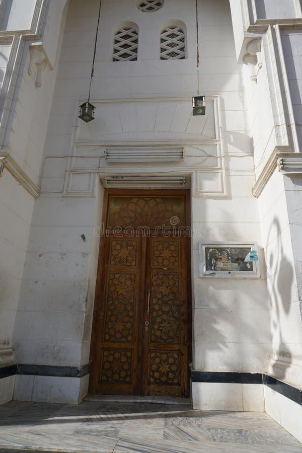 La porta della moschea profeta Masjid a Taubah, Tabuk City, Arabia Saudita fotografia stock